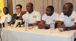 A'Salfo, le lead-vocal du groupe Magic Système entouré par les autres membres, Manadja et Goudé à sa gauche et Tino à l'extrême droite, au cours de la conférence de presse.