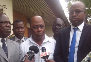 Sidiki Bakayoko (en blanc) et Dr Kouamé Christophe (en tenue sombre) ont décidé de mettre fin à la crise qui secoue la Csci depuis plus de 2 ans. (Ph : S.K)