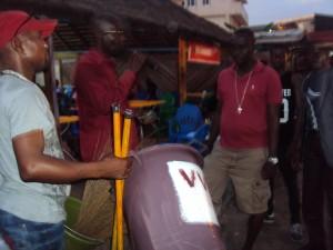 L'artiste-comédien Zago, au nom de l'Ong, a remis du matériel de salubrité au maquis La Paillote.