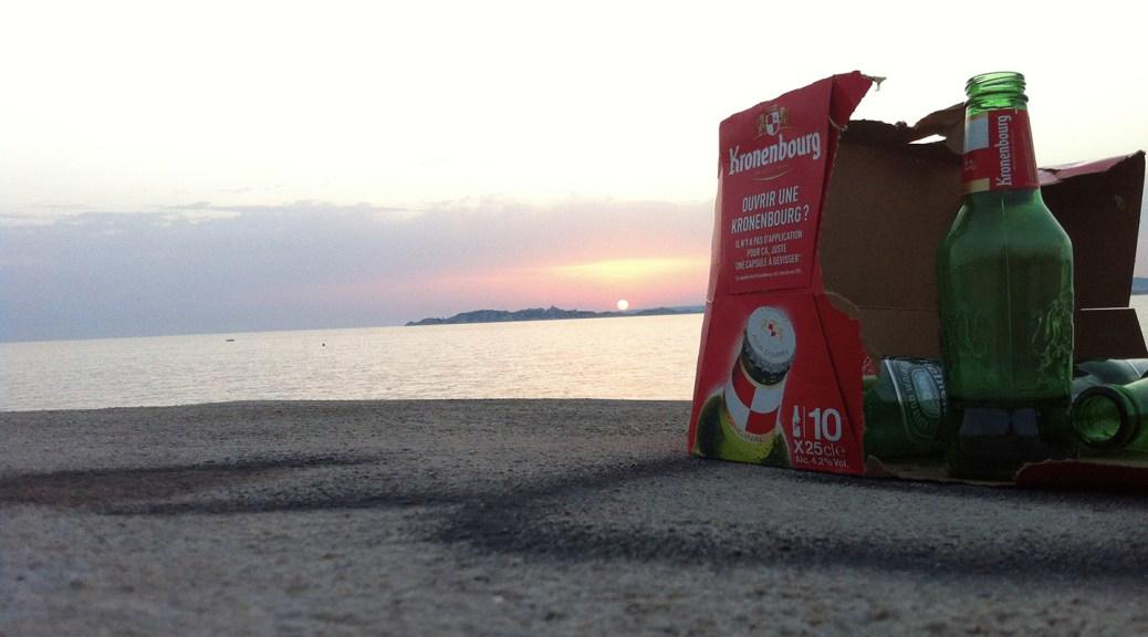 Un pac de bières abandonné au bord de la mer d'où des promeneurs, peut-être le jour d'avant, étaient venus admirer le soleil couchant. Photo Michel Lafaye. 2015.