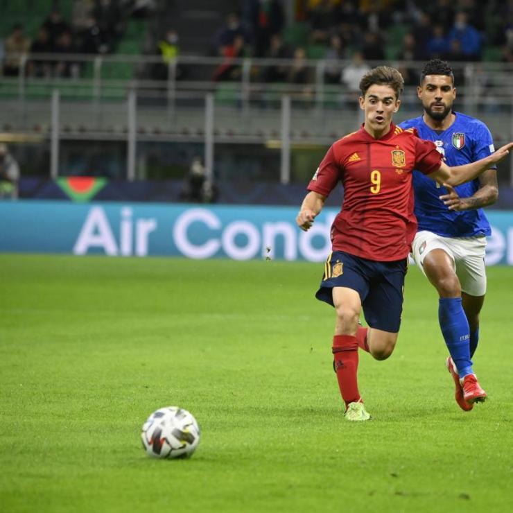 Gavi devant le défenseur de l'Italie et de l'OL, Emerson. (A. Mounic/L'Équipe)