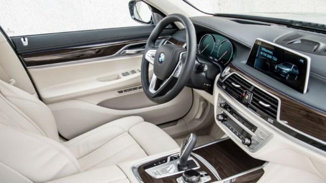Cheikh Amar offre au Khalife général des mourides une BMW dernier cri