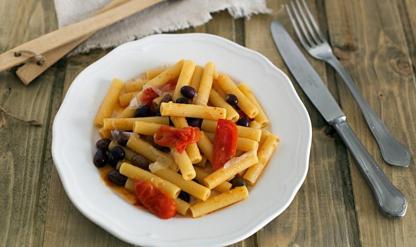 Sedanini al lardo, pomodorini e olive taggiasche
