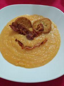 vellutata di patate e carote con bacon croccante