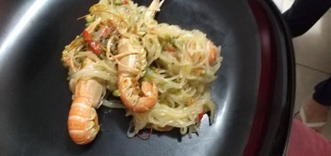 fettuccine di riso con verdure e scampi