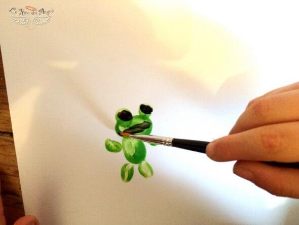 Peindre une grenouille du bout des doigts
