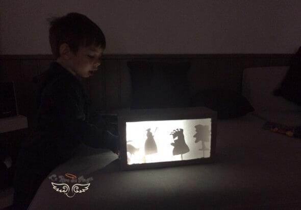 raconter des histoires avec boite à ombres chinoises