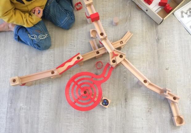 Circuit en bois pour les billes