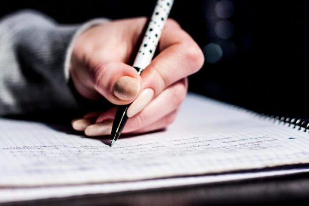 Student schreibt mit Stift