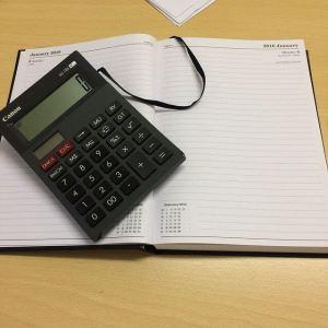 Taschenrechner mit Kalender auf dem Schreibtisch