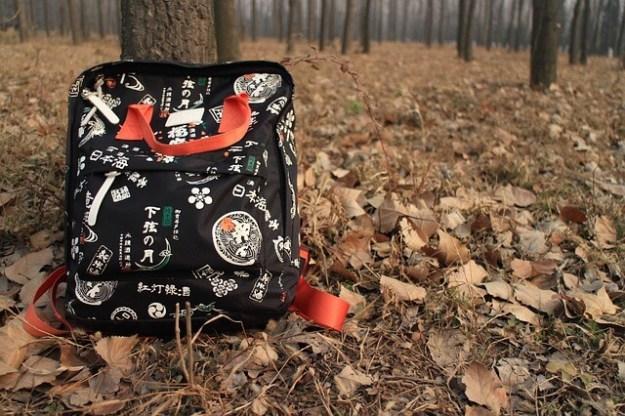 Schulranzen im Wald