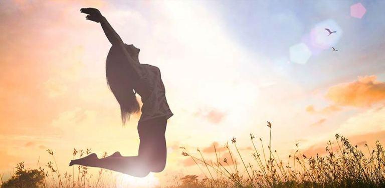 Mensch springt vor Glück in die Luft