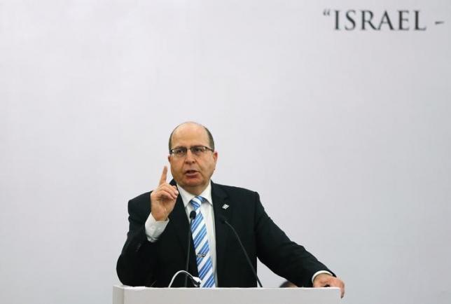 ILe ministre de la Défense, Moshe Ya'alon, fait un signe de la main tandis qu'il s'adresse à une assemblée au cours d'un débat dont le thème était :