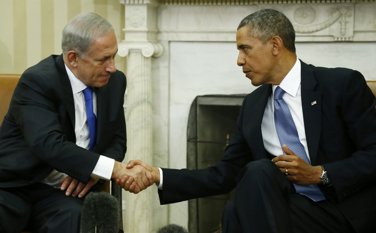 Znalezione obrazy dla zapytania savoir-vivre handshake when sitting obama