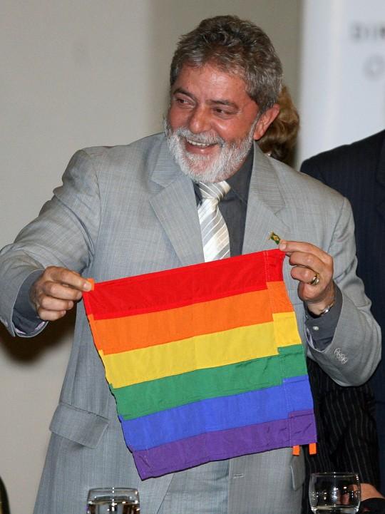 Le président Luiz Inacio Lula da Silva tient un drapeau du mouvement gay lors de la cérémonie d'ouverture de la première conférence nationale pour les gays, les lesbiennes et les transsexuels, le 5 juin 2008, au Brésil. Photo: Joedson Alves/AFP/Getty Images