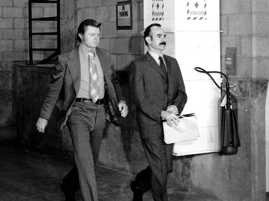 G. Gordon Liddy (à droite), menotté sous la garde d'un marshal, arrive au bâtiment de la Cour Criminelle à Los Angeles le 25 septembre 1973. (Photo: Associated Press)