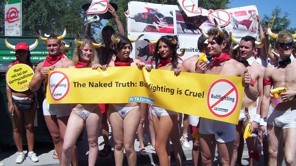 Torture et barbarie à Pampelune : corrida basta! Banderolle