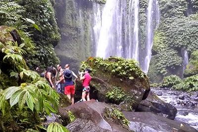 Mont Rinjani, compétition ultra trail 2013 à Lombok Le groupe en rando cascade