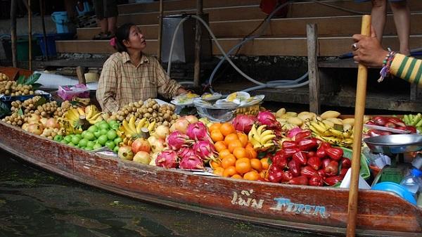 Voyager en Thaïlande en étant végétarien ou végétalien. Marché aux fruits flottant