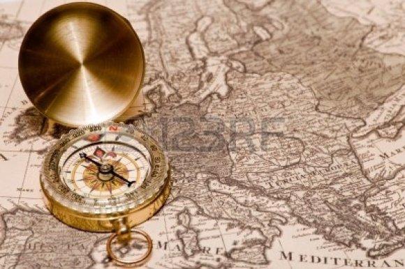 8058801-le-compas-se-trouve-sur-une-ancienne-carte