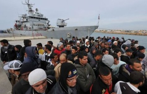 80796_des-migrants-tunisiens-a-lampedusa-le-15-mars-2011