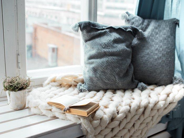 cocooning et plaid de laine tricoté