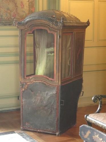 Salon Louis XVI - la chaise à porteur - Château du Plessis-Bourré