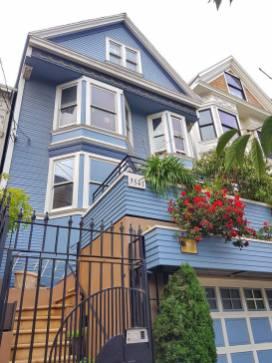 c'est une maison bleue adossée à la coline...La fameuse maison bleue qui a inspiré Maxime Le Forestier