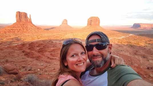 Les Amoureux du Monde devant le coucher de soleil à Monument Valley