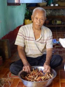 Homme birman en train de préparer à manger