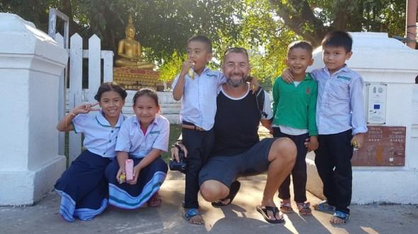 moment de partage avec des enfants laotiens à Luang Prabang