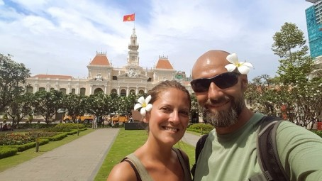 Coco et Steph devant l'Hôtel de ville de Ho Chi Minh - Vietnam