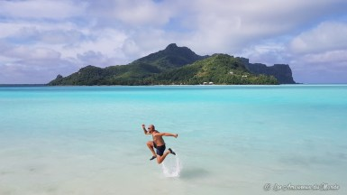 Saut dans la mer à Maupiti