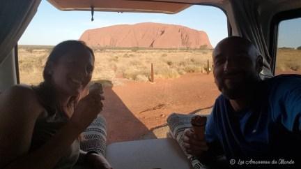 coucher de soleil sur Uluru en van