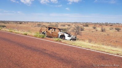 Carcasse de voiture sur la route vers Coober Pedy - Australie