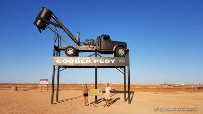 panneau welcome to Coober Pedy avec un browser