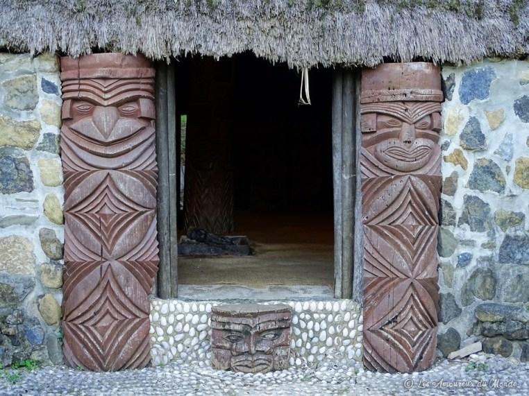 Entrée d'une case typique du Centre Culturel Tjibaou en Nouvelle-Calédonie