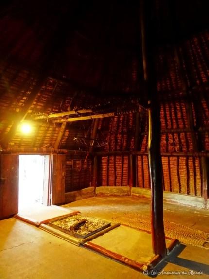 Intérieur d'une case typique du Centre Culturel Tjibaou en Nouvelle-Calédonie