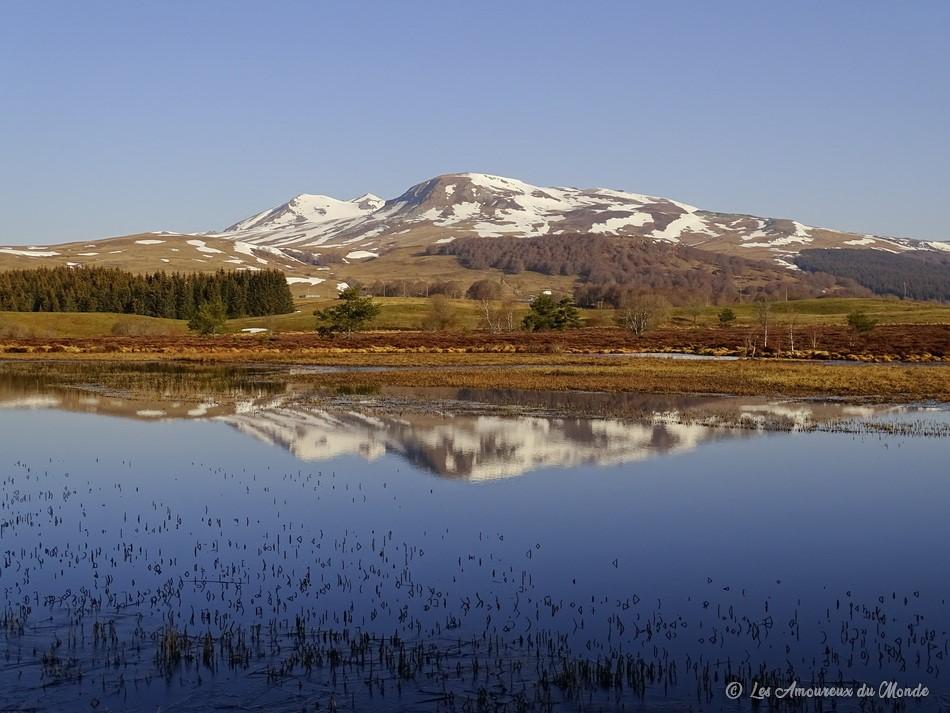 Montagne enneigée se reflétant dans l'eau - Auvergne