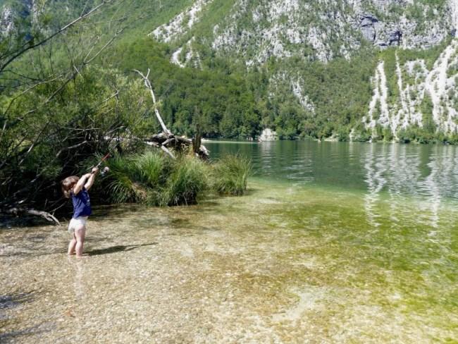 Les couches ne genent pas pour pêcher ! Au lac de Bohinj en Slovénie