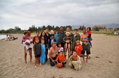 Voilà le type d'accueil kirghize ! :-D Discussion sur la plage avec une famille Tae kwon do !