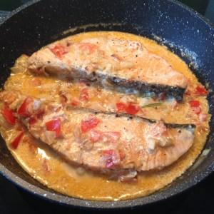 Pavés de saumon et sa sauce crème tomate