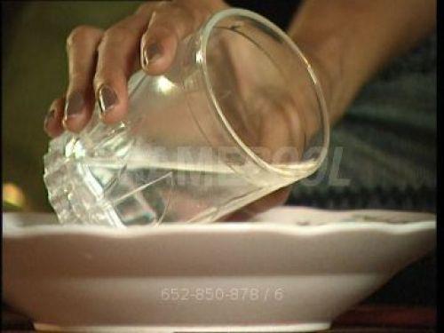 Versez de l'eau dans une assiette
