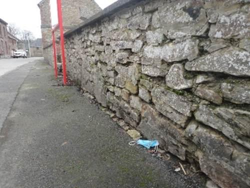 Propreté - déchet le long d'un mur