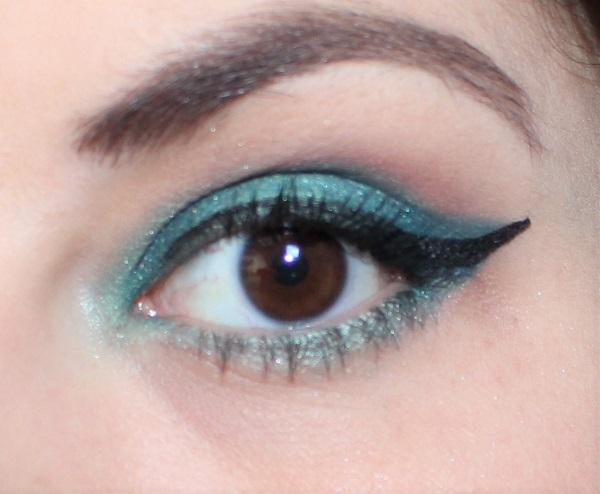 maquillage vert foncé et aqua