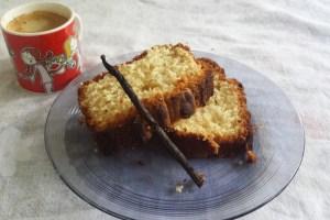 Gâteau-au-yaourt-presenté-sur-une-assiette