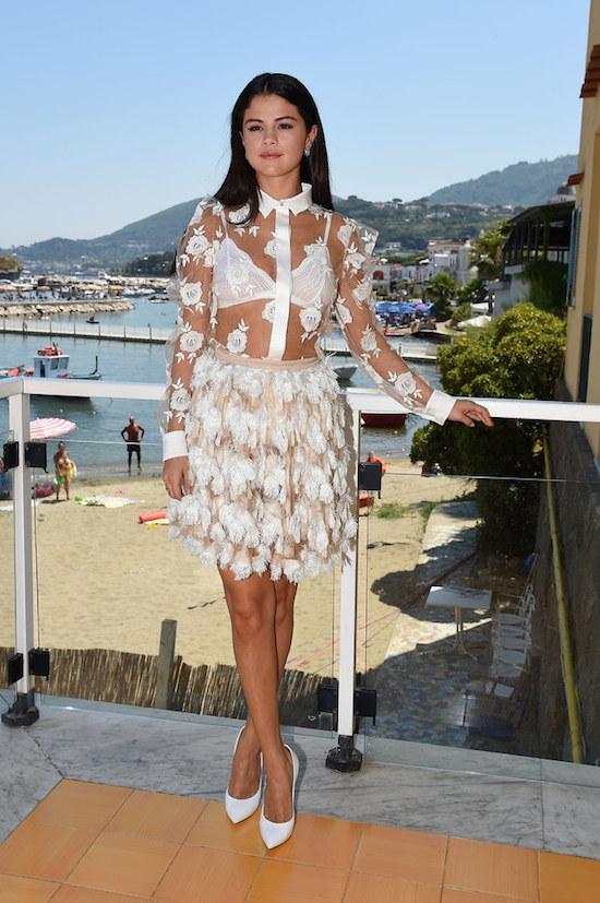 La star Selena Gomez porte un chemisier dont seul le col et les motifs ne sont pas transparents. On voit tout, tout, tout ! Oseriez-vous ?