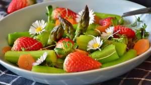 assiette composée d'asperges, fraises et pâquerettes
