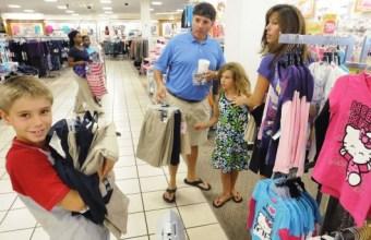 Bambini, piccoli distruttori di negozi e genitori out