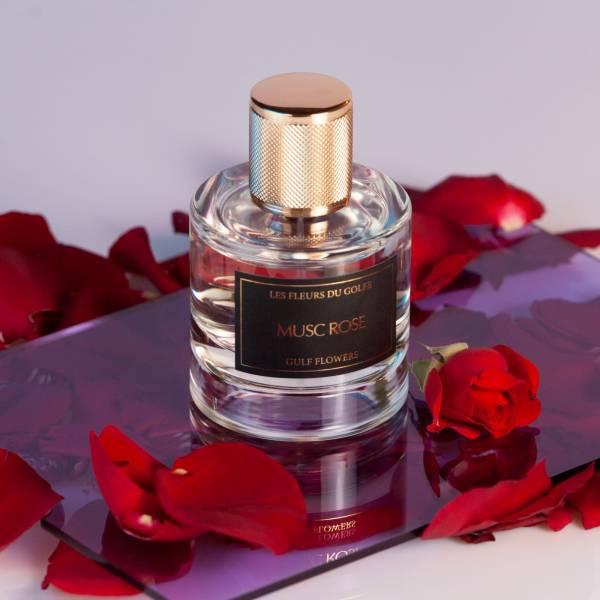 Le parfum des fleurs du golfe musc rose dans un beau flacon